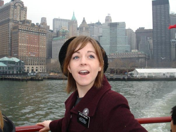 Foto di Lindsey Stirling in riva al fiume