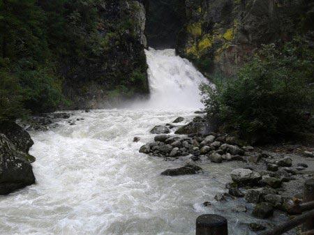 Cascata piccola forma torrente tra le rocce
