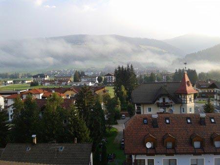 Case e hotel di Dobbiaco dall'alto, con montagne su sfondo
