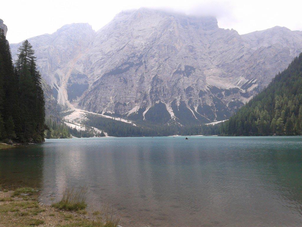 Lago di Braies con montagne sullo sfondo