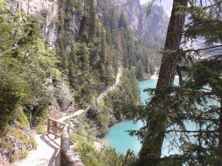 Lago di Braies e sentiero laterale con fianco di rocce