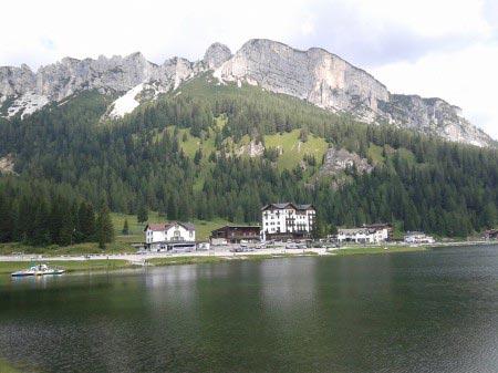 Foto del lago di Misurina con gli hotel e i monti sullo sfondo