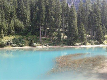 Lago azzurro con alberi sullo sfondo