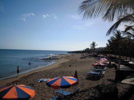 Spiaggia con bagnanti e ombrelloni