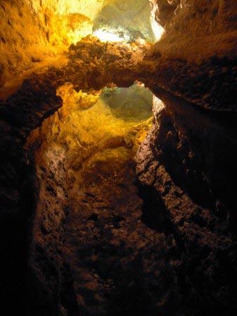 Soffitto della grotta riflesso nell'acqua