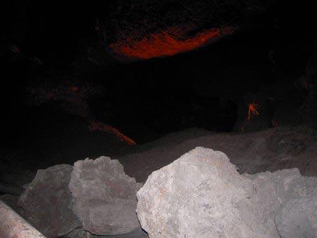 Caverna con roccia lavica