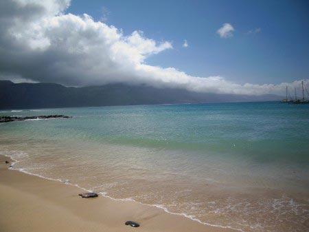 Spiaggia con oceano fino all'orizzonte