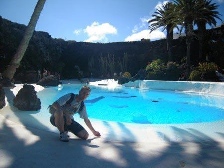 Io davanti a una vasca d'acqua in una conca di roccia