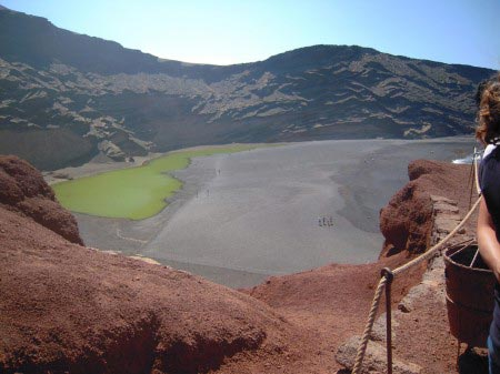 Lago verde con terra nera attorno