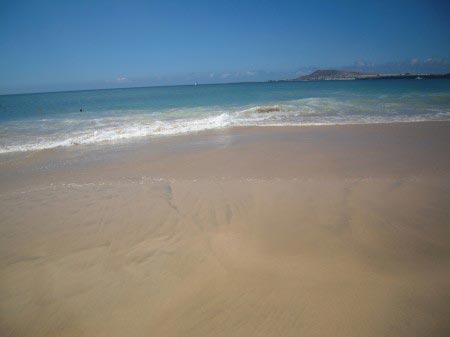 Spiaggia di sabbia bianca con oceano e onde