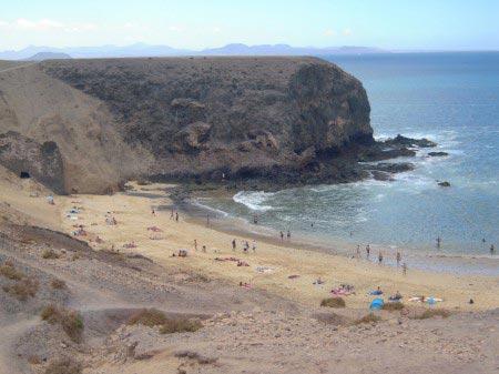 Spiaggia bianca in una conca rocciosa nell'oceano