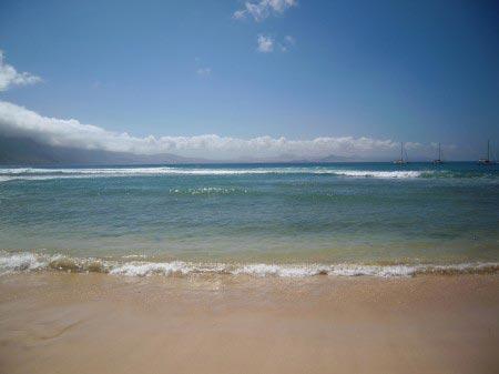 Spiaggia con mare fino all'orizzonte