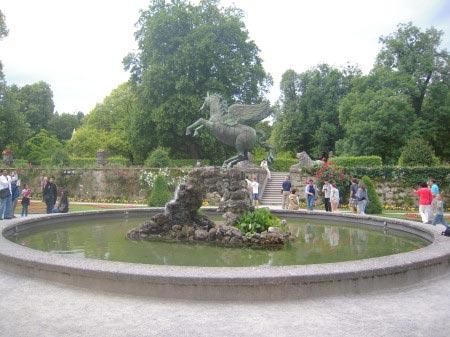 La statua di un cavallo alato nei Giardini Mirabell