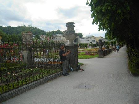 Un musicista tra le porte dei Giardini Mirabell