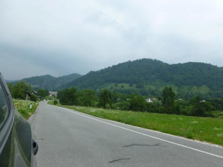 Slovenia - strada con montagne