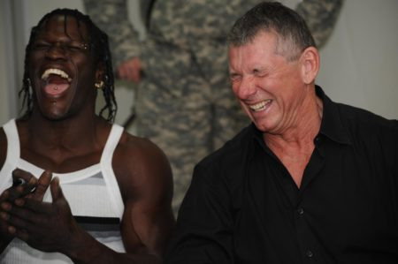 Ron Killings e Vince McMahon ridono