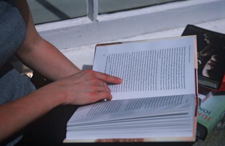 Donna legge un libro