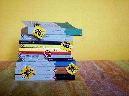 Pila di libri e racconti