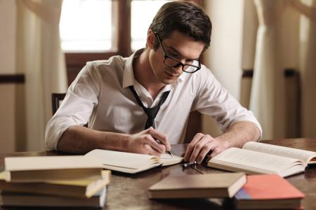 Scrittore di libri all'opera