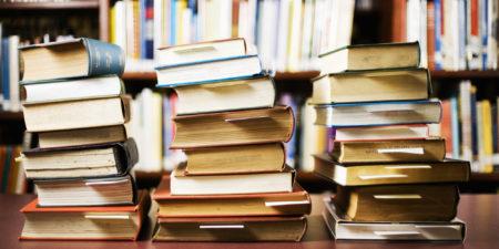 Libri in tre pile