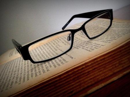 Occhiali su libro aperto