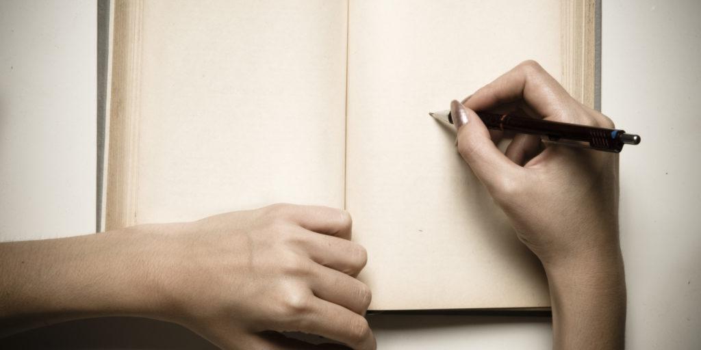 Mani, penna e libro bianco