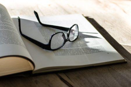 Occhiali sopra a libro aperto