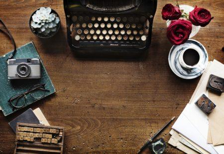 Tavolo vintage - Occhiali - Macchina da scrivere - Penna e caffè
