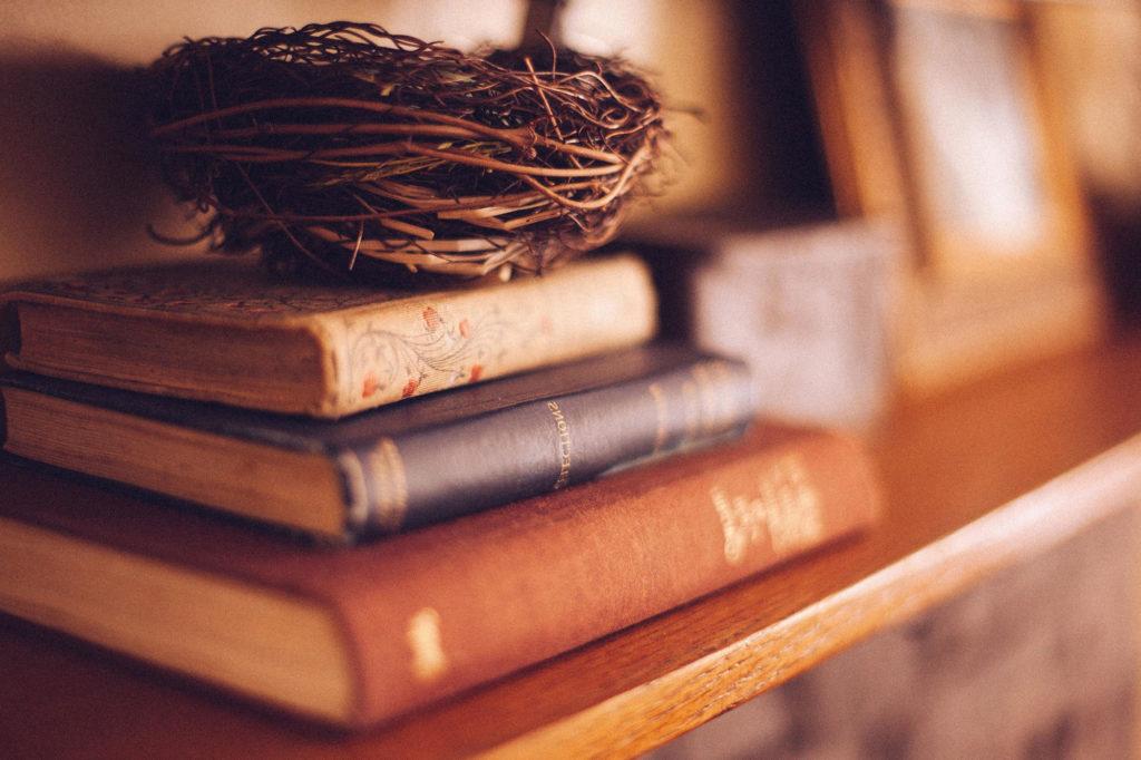 Pila di libri con vecchie copertine