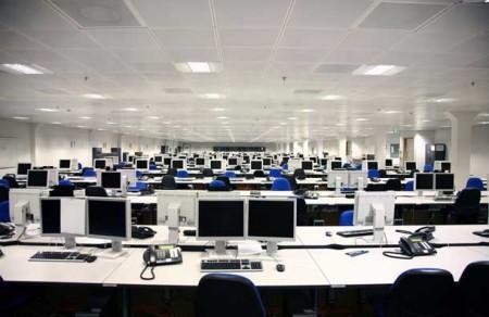 Ufficio con computer desktop