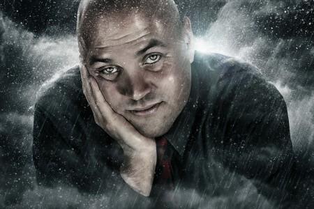 Uomo con la testa appoggiata sulla mano, sfondo effetto cinema