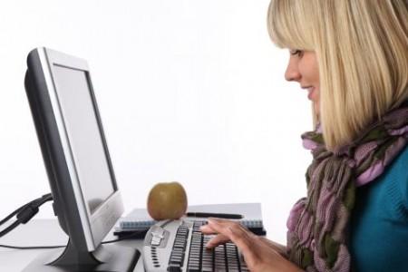 Donna bionda davanti al portatile