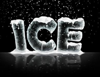 Scritta composta di ghiaccio con strati di neve