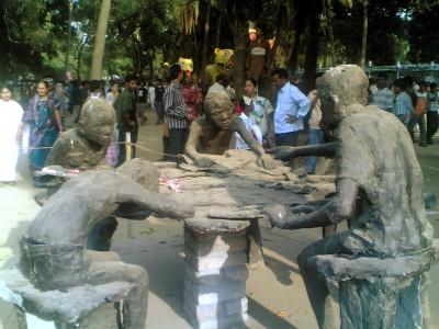 Quattro statue di argilla chine sul tavolo