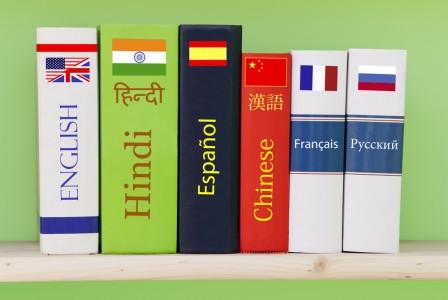 Libri accostati con titoli di varie lingue